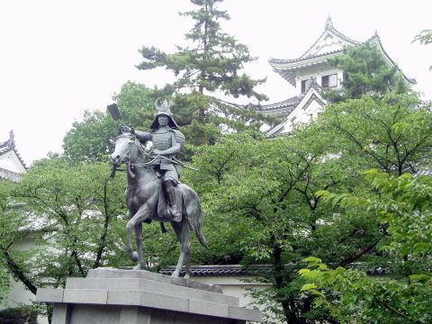 戸田氏鉄銅像